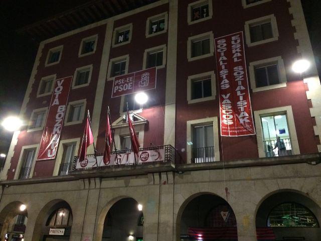 Pancartas en la fachada de la Casa del Pueblo